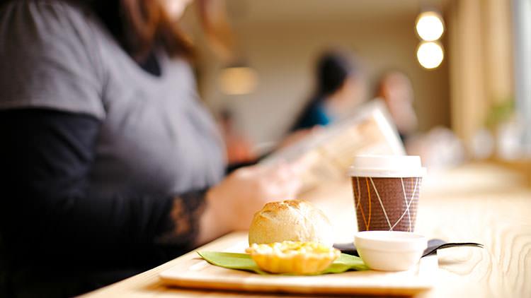 コーヒーや軽食を食べながらゆったりとした読書をしませんか?