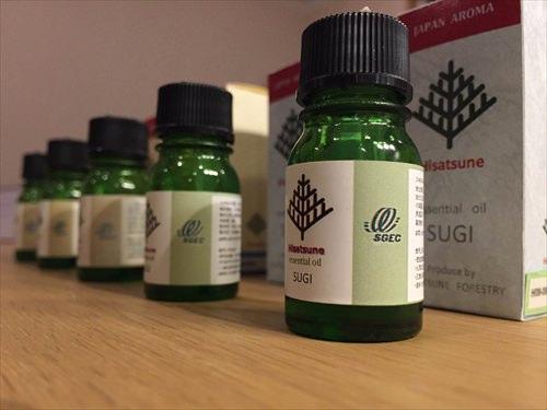 久恒山林のエッシェンシャルオイルの瓶は緑の瓶に白いラベルのおしゃれなデザイン。